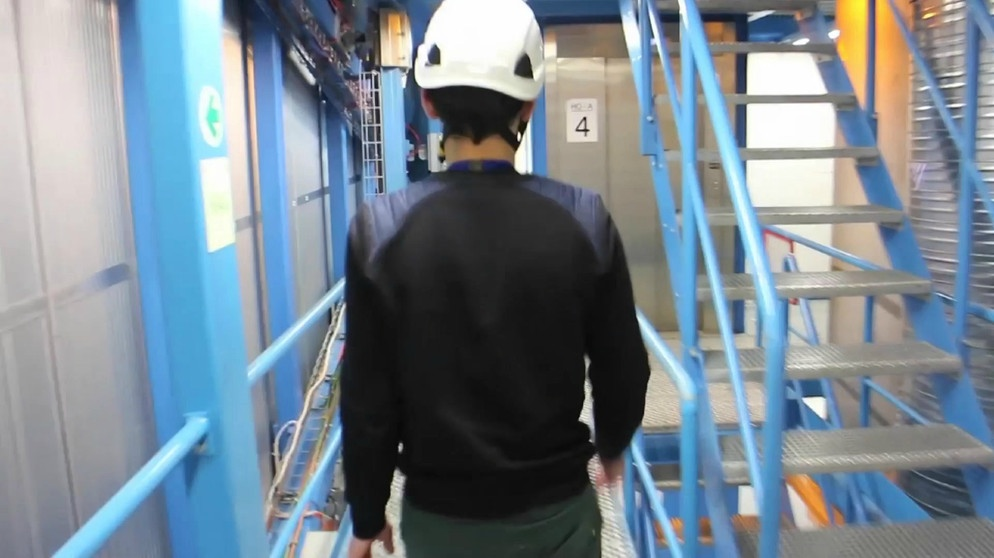 Following Michael from PP2 to PP1 at CERN | Bild: Bayerischer Rundfunk