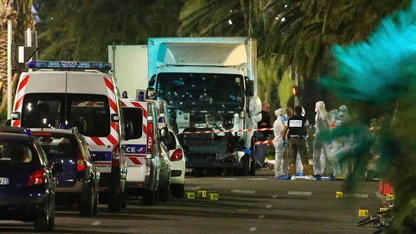 French police forces and forensic officers stand next to a truck that ran into a crowd celebrating the Bastille Day national holiday on the Promenade des Anglais killing at least 60 people in Nice | Bild: Reuters (RNSP)