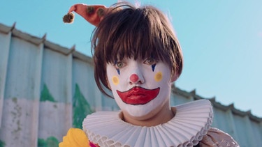 "Courtney Barnett als Clown im Video zu ""Pedestrian at Best"" 