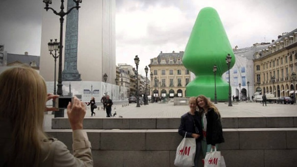 Paul McCarthy's Christmas Tree Statue in Paris | Bild: YouTube
