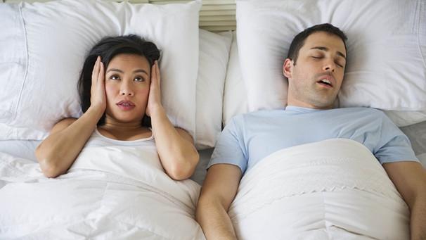 atemaussetzer im schlaf was hilft gegen schnarchen und ab wann ist es gef hrlich bayern 1. Black Bedroom Furniture Sets. Home Design Ideas