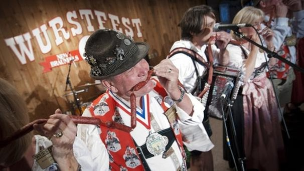 """Biting of the Wurst"", Deutsches Wurstfest in Texas  