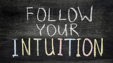 "Schild ""Follow your intuition"" 
