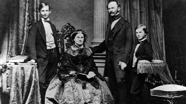 Die königliche Familie: Vater Max, Mutter Marie, die Söhne Ludwig (l.) und Otto (r.) | Bild: Bayerische Schlösserverwaltung