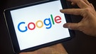 Tablet mit Google-Firmenlogo | Bild: picture-alliance/dpa