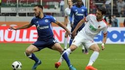 Augsburgs Gojko Kacar (r) und Nabil Bentaleb von Schalke kämpfen um den Ball.   Bild: dpa-Bildfunk