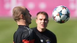 Arjen Robben (l) und Holger Badstuber vom Fußball-Bundesligisten FC Bayern München spielen den Ball am 10.03.2015 im Abschlusstraining | Bild: picture-alliance/dpa