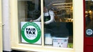 Schild Fair Tax Down im Schaufenster | Bild: BR