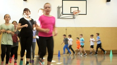 Lauf dich fit! Kinder beim Sportunterricht | Bild: Screenshot BR