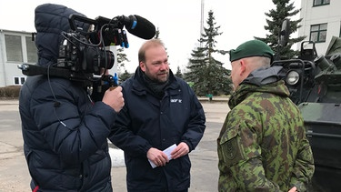 Andreas Bachmann in conversation with a major of the Lithuanian army in Rukla. Security is one of the big arguments in Lithuania for the EU. | Bild: BR