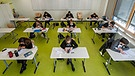 Abiturienten in einem Klassenzimmer | Bild: picture-alliance/dpa / Robert Michael