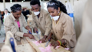 Äthiopien, Addis Abeba: Ausbilder bearbeiten Holz am Federal Technical and Vocational Education and Training Institute (TVET).  | Bild: Britta Pedersen/picture-alliance/dpa