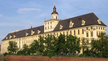 Das stattliche Hauptgebäude der Uni Breslau liegt direkt an der Oder  | Bild: © Uniwersytet Wrocławski