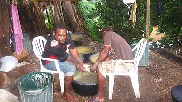 Zwei Fidschianer bei der Herstellung von Kava, eine Art Grog    Bild: Marion Sandner