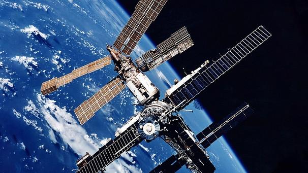 Die damalige russische Raumstation «Mir» mit der Erde im Hintergrund aufgenommen von der Raumfähre Atlantis. Foto: NASA/dpa    Bild: dpa-Bildfunk
