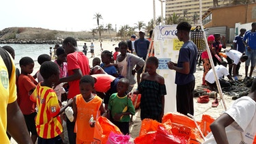 Aktivisten von Forum ViA beim International Coastal Clean Up Day in Dakar, Senegal. | Bild: Valentina Aversano-Dearborn