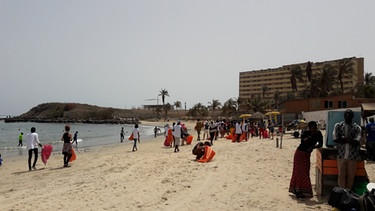 Mit gebrauchten Reissäcken sammeln Aktivisten vom Forum ViA beim International Coastal Clean Up Day in Dakar, Senegal Müll auf. | Bild: Valentina Aversano-Dearborn