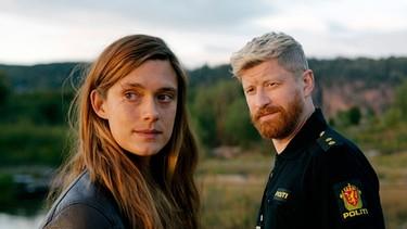 Port Cop Jebe (Odd-Magnus Williamson) se maravilla con el nuevo detective Alfhildr (Krista Kosonen).  |  Foto: HBO Nordic / Eirik Evjen