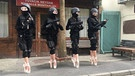 "Ballerinas in Militärausstattung beim Spitzentanz. Videostil aus ""Ballerinas and Police"" von Halil Altındere 