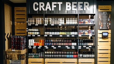 Craft Beer Regal | Bild: picture alliance / Norbert Schmidt | Norbert SCHMIDT