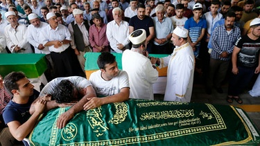 People and relatives attend the funeral of victim who were killed in bomb attack during the funeral ceremony in Gaziantep, in the southeast of Turkey, 21 August 2016. At least 50 people were killed in a suicide attack late 20 August during a henna night (a ceremony at the day before wedding) at a street in the Sahinbey district of Gaziantep city, local media reported.  | Bild: dpa-Bildfunk/EPA/Sedat Suna