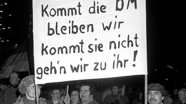 Demonstration in Leipzig im Februar 1990: Kommt die D-Mark ... | Bild: picture-alliance/dpa