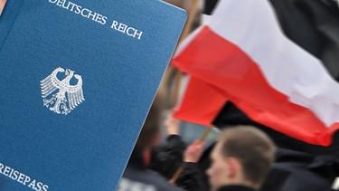 Collage: Reisepass, Deutsches Reich, NPD-Demo | Bild: picture-alliance/dpa/ Hendrik Schmidt/ Montage: BR