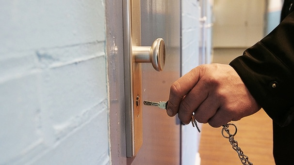 Symbolbild Geschlossene Anstalt: Türe wird zugesperrt | Bild: picture-alliance/dpa