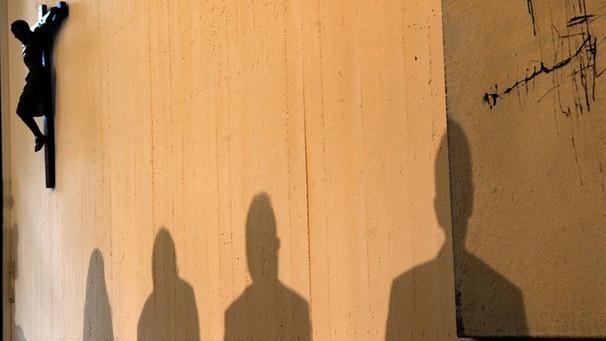 Katholische Kirche: Kreuz und Schatten   Bild: picture-alliance/dpa