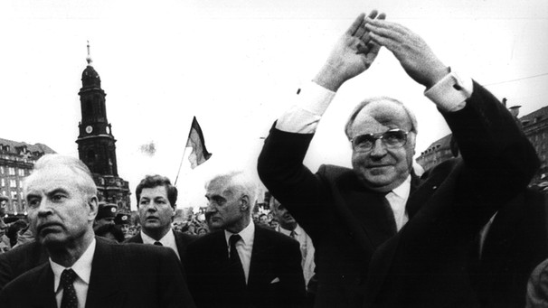 Kohl in Jubelpose 1989 in Dresden | Bild: picture-alliance/dpa
