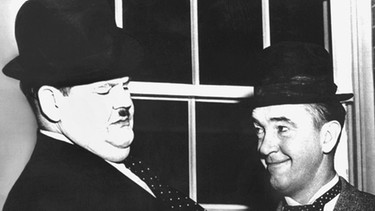 Filmszene mit Oliver Hardy (links) und Stan Laurel | Bild: picture-alliance/dpa