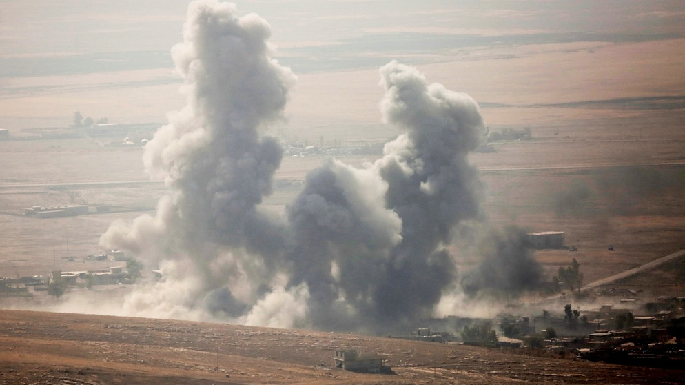 Smoke rises at Mosul's Bertela region after coalition forces' air-strike over Deash targets during an operation to retake Iraq's Mosul from Deash in Iraq | Bild: picture-alliance/dpa