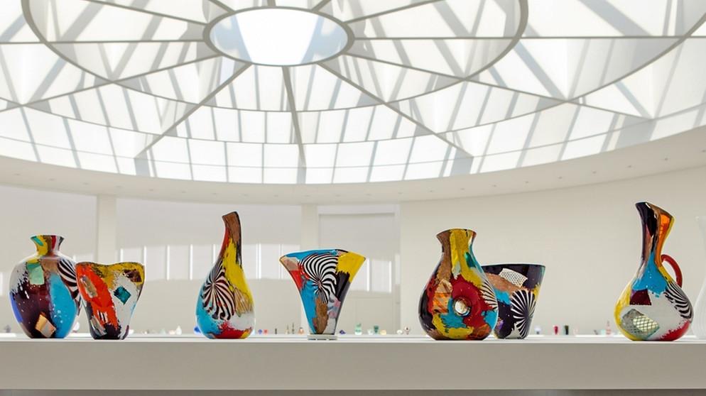 neue ausstellung in der pinakothek der moderne farbenrausch aus glas oberbayern br24. Black Bedroom Furniture Sets. Home Design Ideas