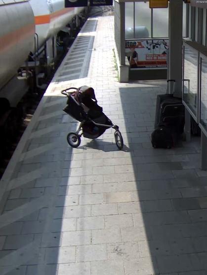Chronik eines Beinahe-Unglücks: Wie ein Zug einen leeren Kinderwagen ...