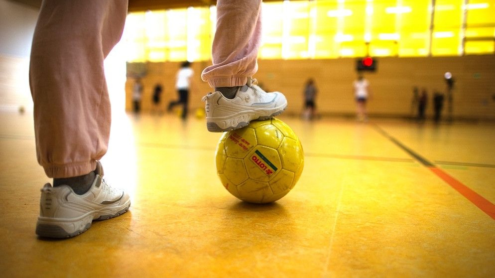 Symbolbild: Sportunterricht in einer Turnhalle | Bild: picture-alliance/dpa
