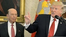 US-Handelsminister Wilbur Ross mit Donald Trump  | Bild: picture-alliance/dpa/MIKE THEILER