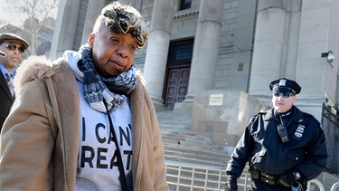 Gwen Carr, die Mutter von Eric Garner vor dem State Supreme Court  in New York | Bild: Reuters (RNSP)