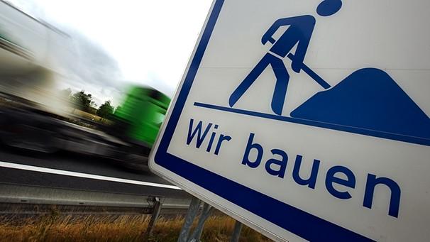 Ein Baustellen-Hinweisschild an einer Autobahn-Baustelle | Bild: pa/dpa/Arno Burgi