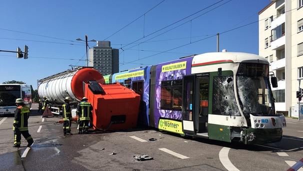 Straßenbahnunfall in Augsburg: Laster prallt beim Abbiegen ...