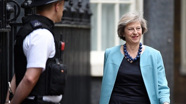 Britain's Secretary of State for the Home Department Theresa May (R) arrives for a cabinet meeting at Downing Street in London, Britain | Bild: picture-alliance/dpa
