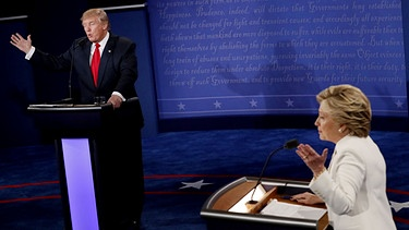 Democratic presidential nominee Hillary Clinton and Republican presidential nominee Donald Trump debate during the third presidential debate | Bild: picture-alliance/dpa