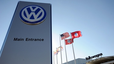 A file photo dated 21 February 2012 shows the main entrance of the of the Volkswagen automobile assembly plant in Chattanooga, Tennessee, USA.  | Bild: picture-alliance/dpa