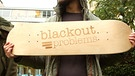 Blackout Problems verschenken Skateboard | Bild: BR