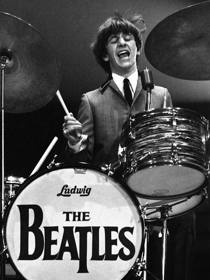 epa02773775 A handout image provided by Christie's on 10 June 2011 shows a B/W photograph of the Beatle Ringo Starr playing his drums during a concert in 1964. This picture, taken by the photographer Mike Mitchell when he was 18 years old, is part of a collection comprising 50 lots of unpublished and never-before-seen photographs of the Beatles' first visits to the US in 1964. The works were unveiled on 10 June 2011 at Christie's auction house in London, Britain and will go under the hammer at its New York branch on 20 July. The complete collection is expected to reach a price of 69,000 Euros. EPA/MIKE MITCHELL / CHRISTIE'S / HO ONE TIME USE ONLY IN CONNECTION WITH PREVIEW OR REVIEW OF THE RELEVANT AUCTION SALE; MANDATORY CREDIT HANDOUT EDITORIAL USE ONLY/NO SALES/NO ARCHIVES | Bild: dpa/picture-alliance