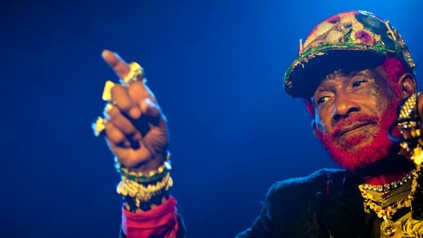 epa02565284 A picture made available on 05 February 2011 shows Jamaican musician Lee 'Scratch' Perry performing at Duerer Garden in Budapest, Hungary, 04 February 2011. The 75-year-old artist used to be a co-author and co-producer working with Bob Marley and the Wailers in the 1970s. EPA/BALAZS MOHAI HUNGARY OUT  +++(c) dpa - Bildfunk+++ | Bild: picture-alliance/dpa