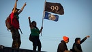 epa02990224 Supporters of the Occupy Oakland movement stood atop shipping containers after shutting down the Port of Oakland during a general strike that also shut down the city of Oakland, California, USA, 02 November 2011. Occupy Oakland asked businesses, workers and students to take the day off to protest economic inequality and corporate greed. EPA/PETER DASILVA  +++(c) dpa - Bildfunk+++ | Bild: Peter Dasilva