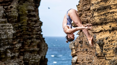 Iris Schmidbauer beim Klippenspringen | Bild: Red Bull Cliff Diving