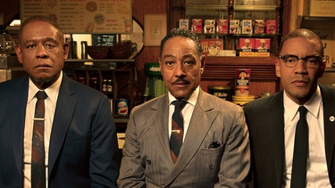 "Bumpy Johnson, Malcolm X und Reverend Adam Clayton Powell Jr. in einer Szene aus der Magenta TV-Serie ""Godfather of Harlem"". 