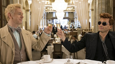 Engel Erziraphael (Michael Sheen) und Dämon Crowley (David Tennant) beim Lunch im Edelhotel Ritz. | Bild: 2019 Amazon.com Inc