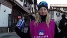 Freeskierin Kea Kühnel steht vorm Nanshan Ski Village in China | Bild: BR